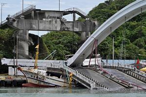 Bro kollapser i Taiwan og kvæster mindst 14