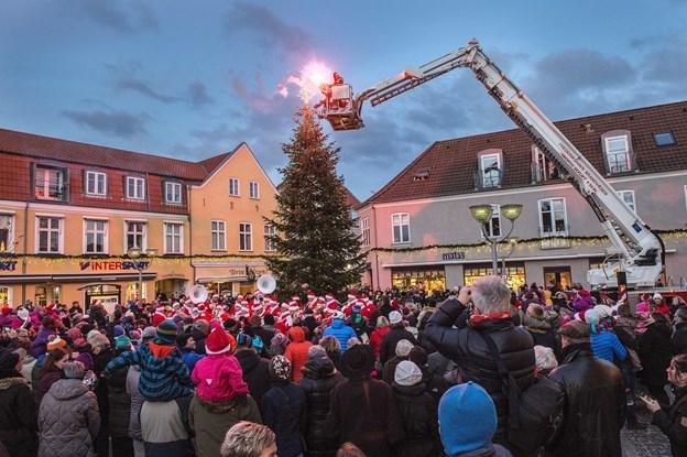 Jubiiii - Julemanden kommer snart til Sæby for at tænde byens juletræ. Arkivfoto: Peter Broen.