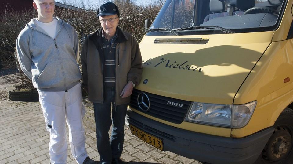 Benjamin Bislev (t.v.) har købt Carlo Nielsens murerforretning i Frøstrup. Benjamin er vel som snart 21-årig den yngste murermester i Frøstrup, mens Carlo med sine 68 år velsagtens var den ældste.Foto: Diana Holm