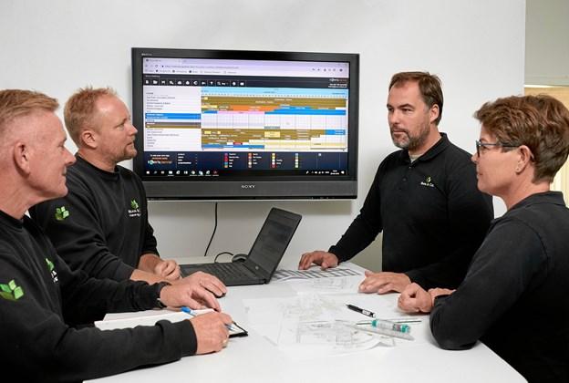 Planlægningsmøde i ledelsesteamet. Fra venstre Leo Hald, Per Kjær, anlægsgartnermester Martin Linnemann og Inger Røjkjær. Foto: Svenn Hjartarson