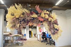 """Blomstrende"" kærlighed: Thilde hylder farmor med blomsterfest på Hanstholm Fyr"