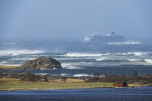 Tre er alvorligt kvæstet under evakuering af 1300 fra skib