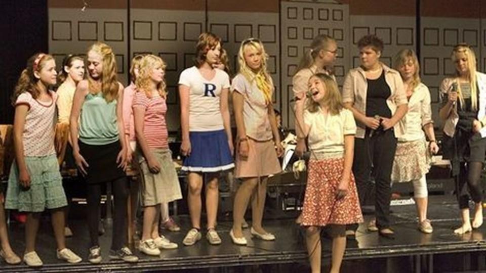 Karoline Noer Larsen i rollen som den kvindelige hovedperson, Sandie - i filmen spillet af Olivia Newton-John. I alt 40 unge fra Strandby kan opleves på scenen i Det Musiske Hus.foto: carl th. poulsen