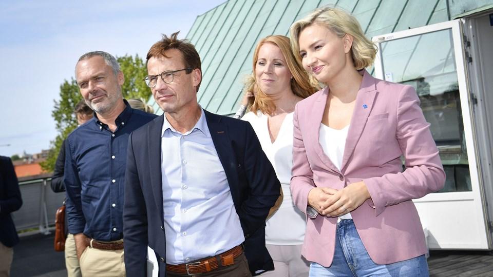 Moderaternas leder, Ulf Kristersson, nummer to fra venstre, ses her sammen med lederne fra de tre partier, der ønsker at gøre ham til Sveriges næste statsminister. Til venstre står Liberalernas leder, Jan Björklund, mens Annie Lööf (nummer to fra højre) fra Centerpartiet og Ebba Busch Thor (længst til højre) fra Kristdemokraterna står på hans anden side. Foto: Johan Nilsson/Tt/arkiv/Ritzau Scanpix