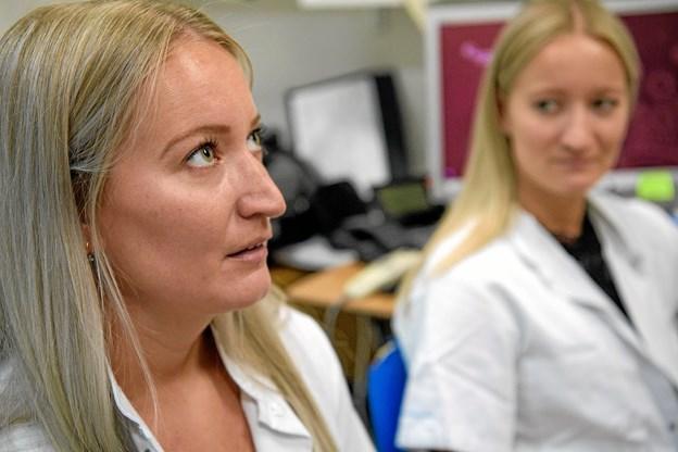 Hvorfor kæmpe imod, at man arbejder godt sammen - bare fordi man er enæggede tvillinger, siger Helene Rovsing Christensen, der her viser åndedrætsøvelsern.  Privatfoto