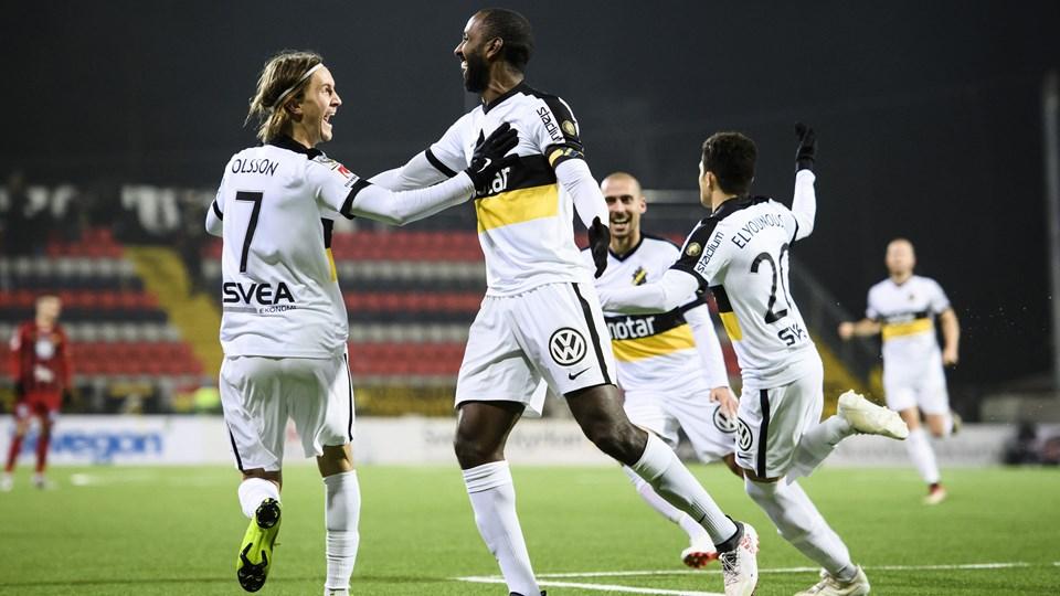 AIK Stockholm-spillerne fejrer en af undertalsscoringerne torsdag aften i den kolde udekamp mod Östersunds FK. Foto: 11720 Erik Simander/Tt/Ritzau Scanpix