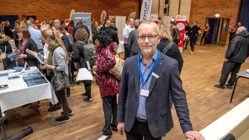 Afdelingsleder Ole Bendix fra Jobcenter Hjørring på jobmessen i Nordsøen Oceanarium. Jobcentret har allerede besluttet at gentage messen i 2020. Foto: Henrik Louis