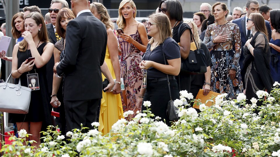 Heidi Klum -e her i midten med sin mobil, mens hun venter på at komme på den røde løber i forbindelse med Creative Arts Emmy Awards 2015. Foto: Scanpix