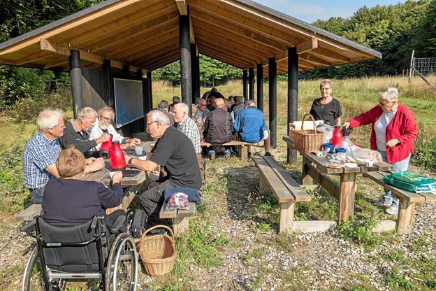 Turen i Slotved Skov Dyrehave blev indledt med fælles morgenbord, som der er tradition for, når Faglige Seniorer mødes. Foto: Niels Helver