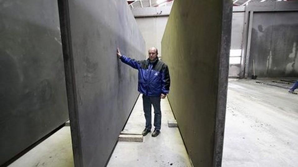 Leder Bo Petersen glæder sig over, at Thisted-Fjerritslev Cementvarefabrik skal til at levere vægelementer til Karup Flyvestation. Foto: Klaus Madsen