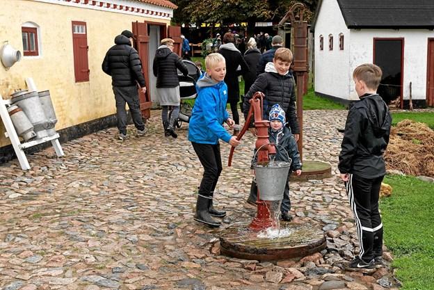 At hjælpe husmandsfamilien med at hente vand fra den gamle vandpost er altid populært. Foto: Niels Helver