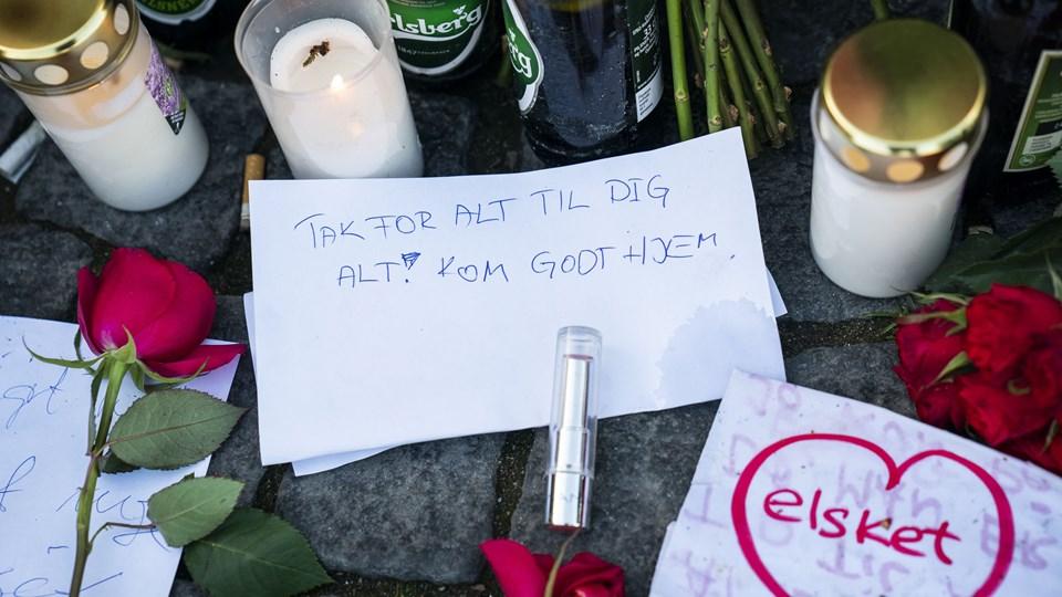 Blomster, øl, smøger og hilsner strømmer fortsat til på Christianshavns Torv i København til ære for danskernes nationalskjald, der sov stille ind søndag. Foto: Martin Sylvest/Ritzau Scanpix