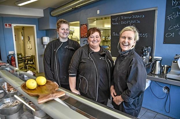 Det Gamle Røgeri, beholder sit navn. Råvarerne vil fortsat komme fra Det Gamle Røgeri i Hanstholm. Medarbejderne fortsætter også: Nicoline Vilsbøll Krüger Larsen (venstre) og Helle Pia Larsen.