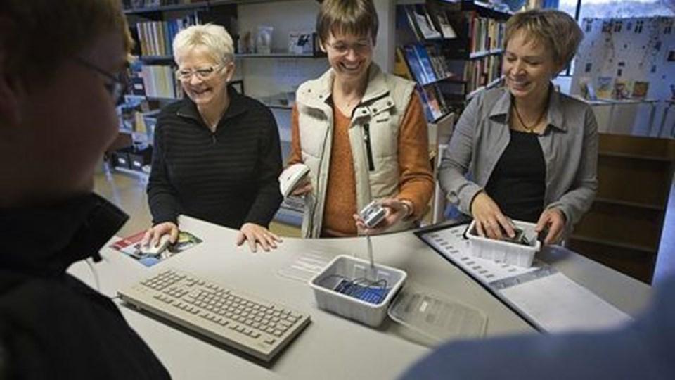Gitte Rubæk og Mette Kræmer skal som team overtage Rita Andersens arbejde som skolebibliotekar ved siden af deres lærergerning på Sortebakkeskolen. Foto: Grete Dahl