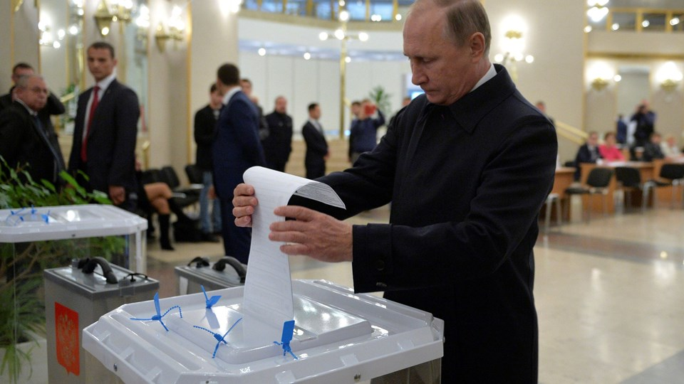 Russian President Putin casts ballot at polling station during parliamentary election in Moscow Foto: Reuters/Sputnik