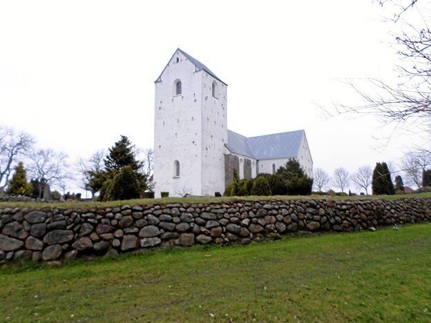 Det nye kirkeår markeres først med en gudstjeneste 1. søndag i advent i Gunderup kirke klokken 14, og efterfølgende er der gløgg og æbleskiver i den nærliggende konfirmandstue. Foto: Kjeld Mølbæk