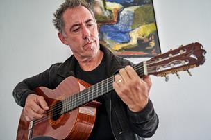 61-årige Gert skrev sange til skrivebordsskuffen: Nu vil han udleve musiker-drømmen