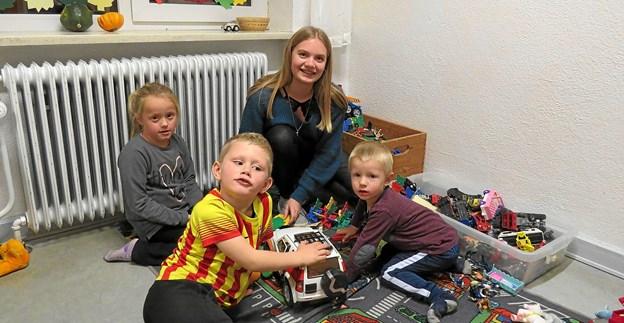 Klara i legehjørnet med børnene mens forældrene træner. Foto: Kirsten Olsen Kirsten Olsen