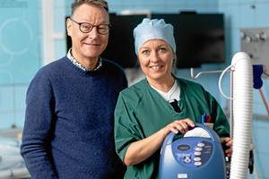 Opfindsom sygeplejerske varmer patienterne: Nyt apparat giver tryghed og færre smerter