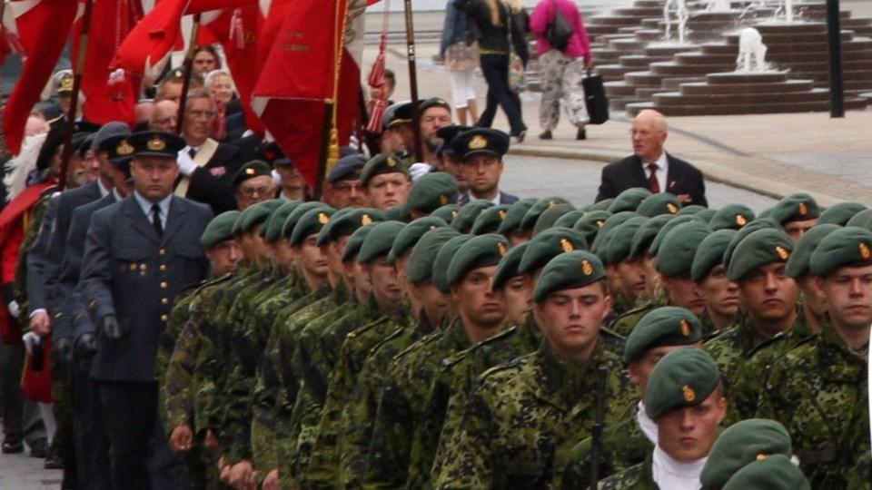 Der bliver march som hyldest til nuværende og tidligere udsendte i international tjeneste.