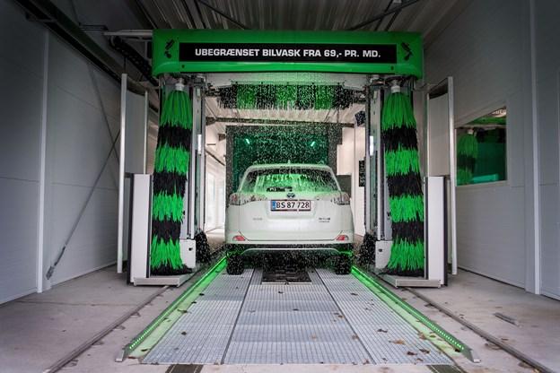 Det nye vaskeanlæg i Skalborg har to lange baner, og kapaciteten er fire køretøjer på samme tid.