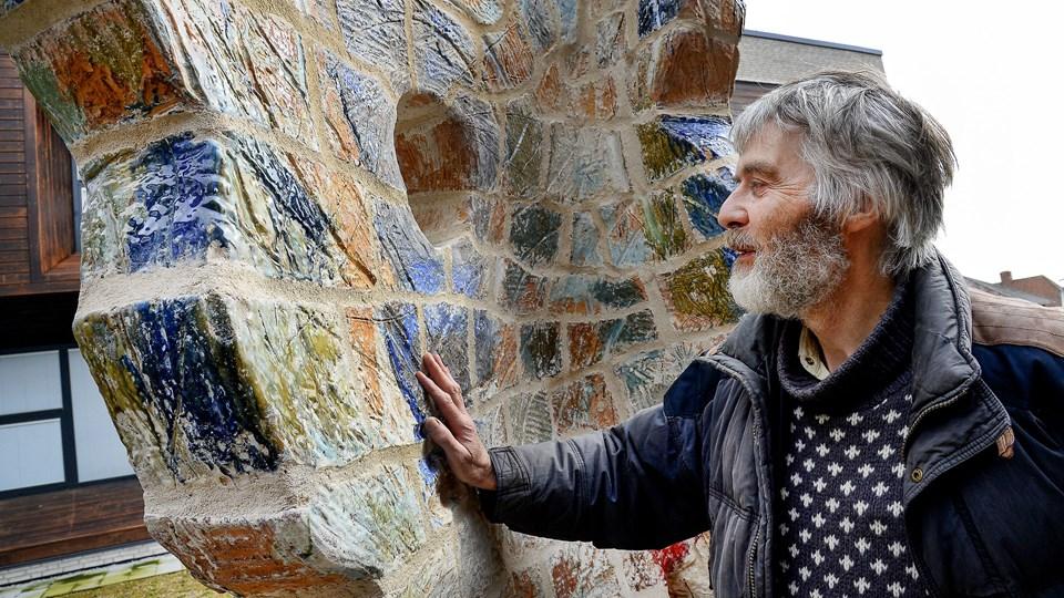 """Gennem nogle måneder har """"Kaja"""" stået i akutmodtagelsens gårdhave, men kunstnerisk er skulpturen ikke færdig, siger Bent Skytte-Rasmussen, som er klar til selv at betale for belysning og trædesten ved skulpturen, når han har skaffet penge til det. Arkivfoto: Peter Mørk"""