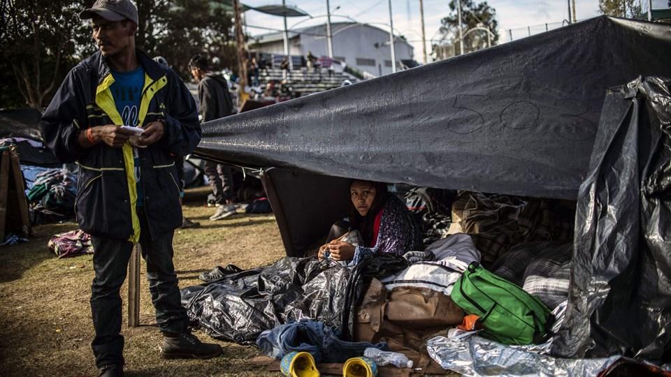 Mellemamerikanske migranter, som for de flestes vedkommende er flygtet fra fattigdom og kriminalitet i Honduras, er på vej mod USA i håb om at skabe sig en bedre fremtid. Tusinder af dem befinder sig nu tæt ved grænsehegnet mellem USA og Mexico ved byen Tijuana.