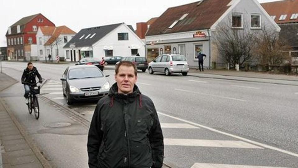 Bagermester Henrik Juul Poulsen oplever, at kunder nordfra begår diverse ulovligheder for stadig at kunne parkere tæt ved hans forretning. De krydser vejbanen, laver u-vendinger eller parkerer - som her - ulovligt på det nyskraverede område. Foto: Jens Morten