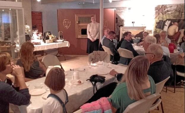 Op mod 50 personer mødte op til reception for den nye museumsleder i Brønderslev, Anne Provst, der her ses ved stolpen midt i lokalet. Privatfoto