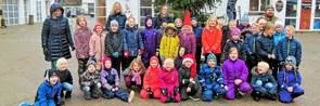 Skolebørn har pyntet juletræ på Torvet