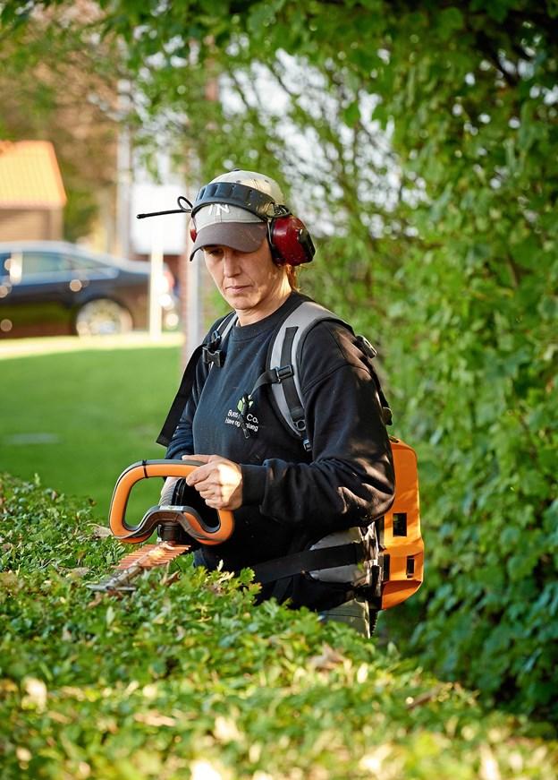 Sharon Ann Smith er en af cirka 50 anlægsgartnere, der arbejder ude året rundt. Hun har ansvar for have- og parkservice til såvel private, boligforeninger, virksomheder og kommuner.  Foto: Svenn Hjartarson