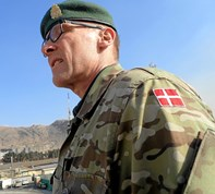I Kabul med Dannebrog på uniformsjakken