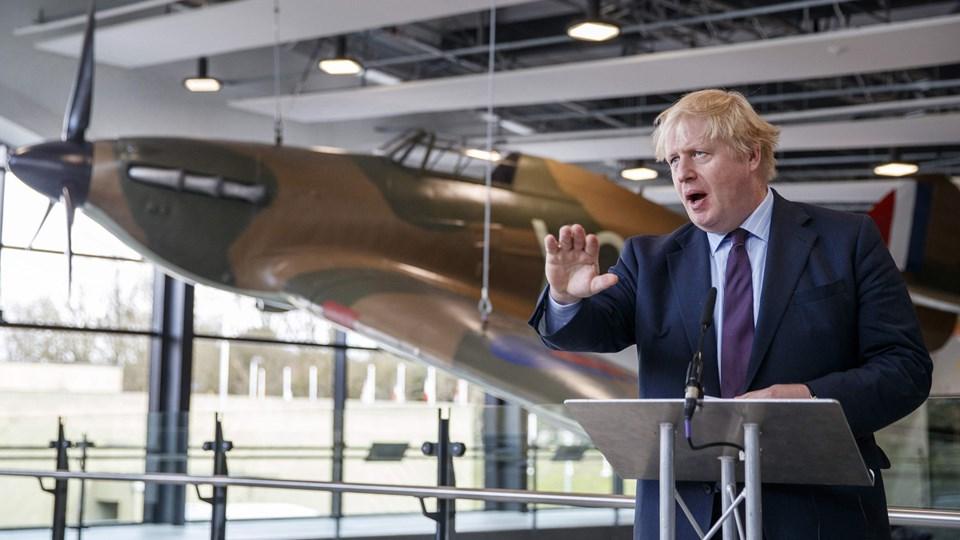 Udenrigsminister Boris Johnson på talerstolen under pressemøde fredag i krigsbunkeren, der kendes som Battle of Britain i Uxbridge. Foto: Scanpix/Tolga Akmen