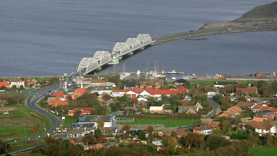 Om cirka tre uger ligner Vilsundbroen sig igen efter en lang periode med renovering. Broens lysregulering er ude af drift i tidsrummet mellem kl. 15.30 og kl. 08.00, som en tydelig indikation på, at arbejdet snart er tilendebragt. Arkivfoto: Michael Koch