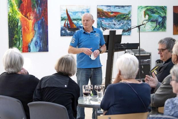 Som formand for bestyrelsen for Kulturhus Arden og musikbooker på stedet bød Arne Arrildsen velkommen til den lidt anderledes fernisering på maleriudstillingen lørdag formiddag