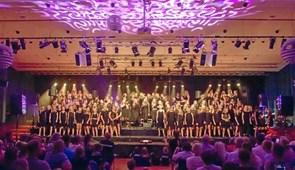 160 korsangere på scenen