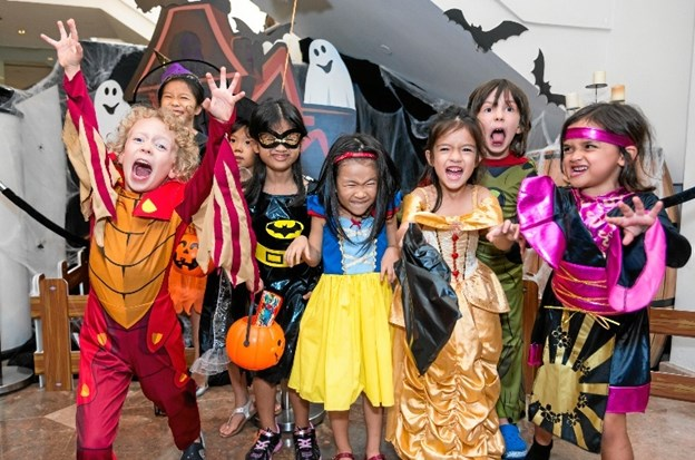 Halloween er ren import - men vi har efterhånden taget traditionen til os mange steder. Mange børn går fra dør til dør med trick-og-treate - altså slik-eller-ballade. Også legetøjsbutikker har masser af halloween-ting i vinduerne. Arkivfoto.