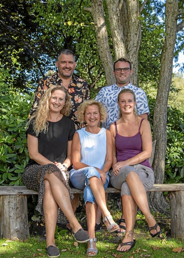 Et nyt ansigt er med i Forårsrevyen 2019. Det er Anja Lønborg, forreste række til højre. I midten Dorthe Pedersen, t.c. Lisbet Lykkegaard, bag ved er det  Per Kjærsgaard Nielsen, Mads Vestergaard.Privatfoto.