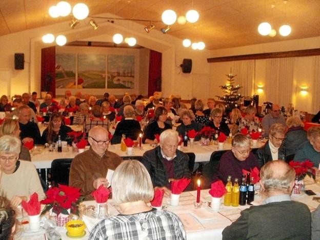 Der var igen fyldt til næsten sidste plads ved årets julebankospil forleden i Nøvling Forsamlingshus. Foto: Kjeld Mølbæk