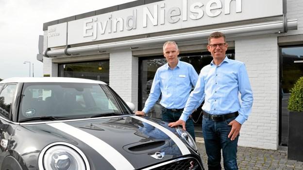 Jens Kjeldgaard, værkstedschef, og Søren Bjerregaard, direktør/indehaver, er stolte af, at Ejvind Nielsen Automobiler Hobro A/S nu har fået Mini-service. Foto: Jesper Bøss