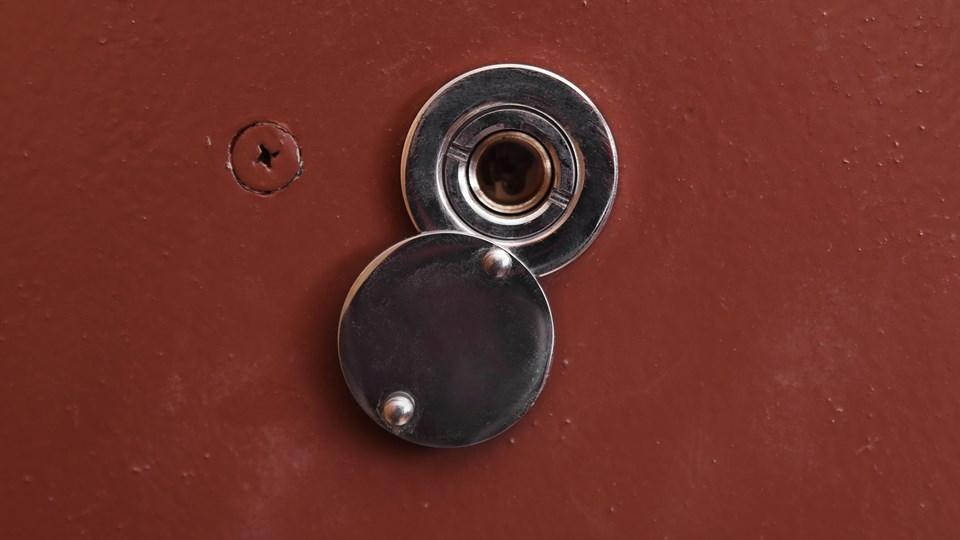 En dørspion er en god ting i kampen mod tricktyve, der vil trænge ind i folks lejligheder. Foto: Colourbox