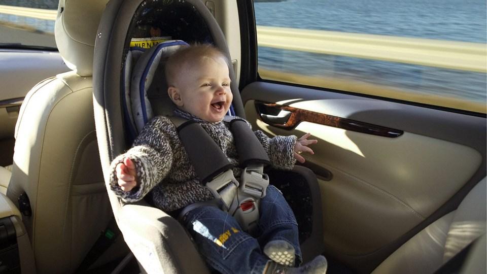 Danske forældre er gode til at spænde deres børn fast, når de har dem med i bilen. Men en væsentlig del får ikke fastgjort de små ordentligt, så de er bedst muligt sikret i tilfælde af færdselsuheld. Arkivfoto