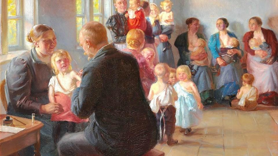 """Maleriet """"En vaccination"""" fra 1899 forestiller elleve mødre og otte børn, der sidder i lægens rum, der både fungerer som vente- og konsultationsværelse. Børnene skal vaccineres mod kopper. Det kan ses på Skagens Museum fra februar 2014."""