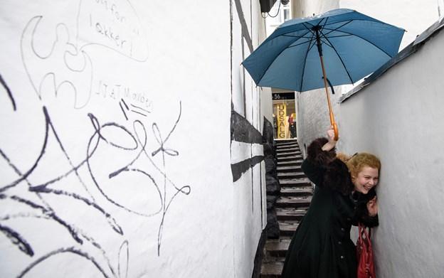 Så er Line-Maria her: Forfatter smager på Aalborg og spytter novelle ud - følg hende på tur gennem byen