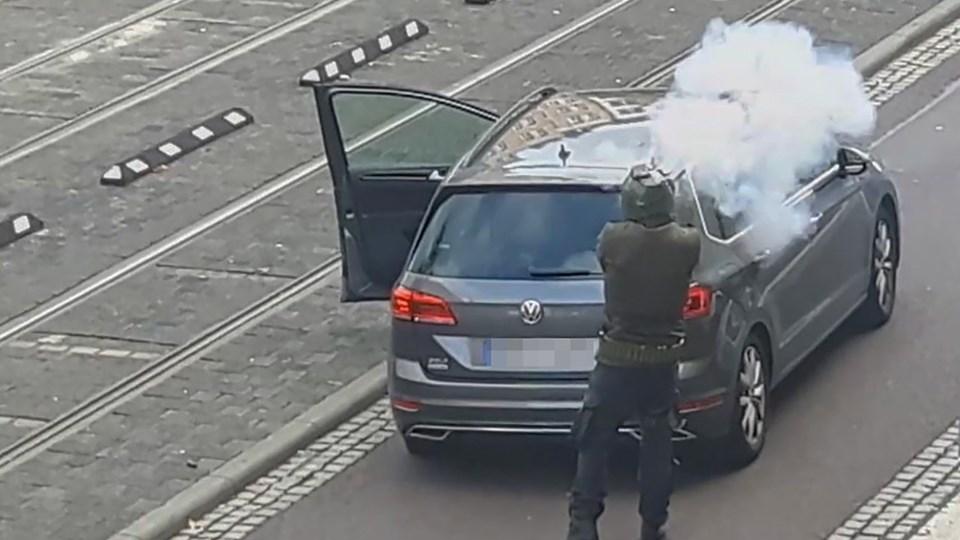 Skærmbillede fra en video fra ATV-Studio Halle, hvor en mand skyder ned ad en gade i byen Halle. Mindst to personer blev dræbt og to personer såret i angrebet tæt på en synagoge og en kebab-butik i byen.