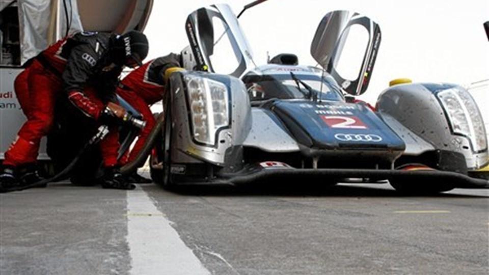Tekniske problemer efter en påkørsel bagfra gav travlhed i Audi-pitten, men skaden på Tom Kristensens racer lod sig ikke reparere. Foto: Audi