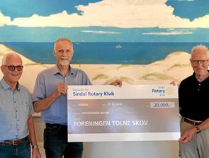 Donation fra Rotary til Tolne Skovpavillon