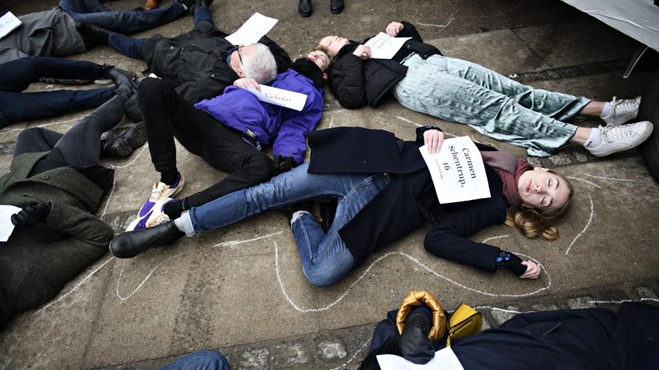 Som en del af en større demonstration lagde 17 mennesker sig lørdag på jorden foran den amerikanske ambassade i København. Det skulle symbolisere de 17 dræbte ved skoleskyderiet på Parkland High School i Florida. Foto: Scanpix/Philip Davali