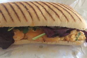 Stor kæde leverer god sandwich til prisen, men: Giv mig mere grill og mindre olie