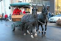 Juleoptog med hestevogne og pigegarde